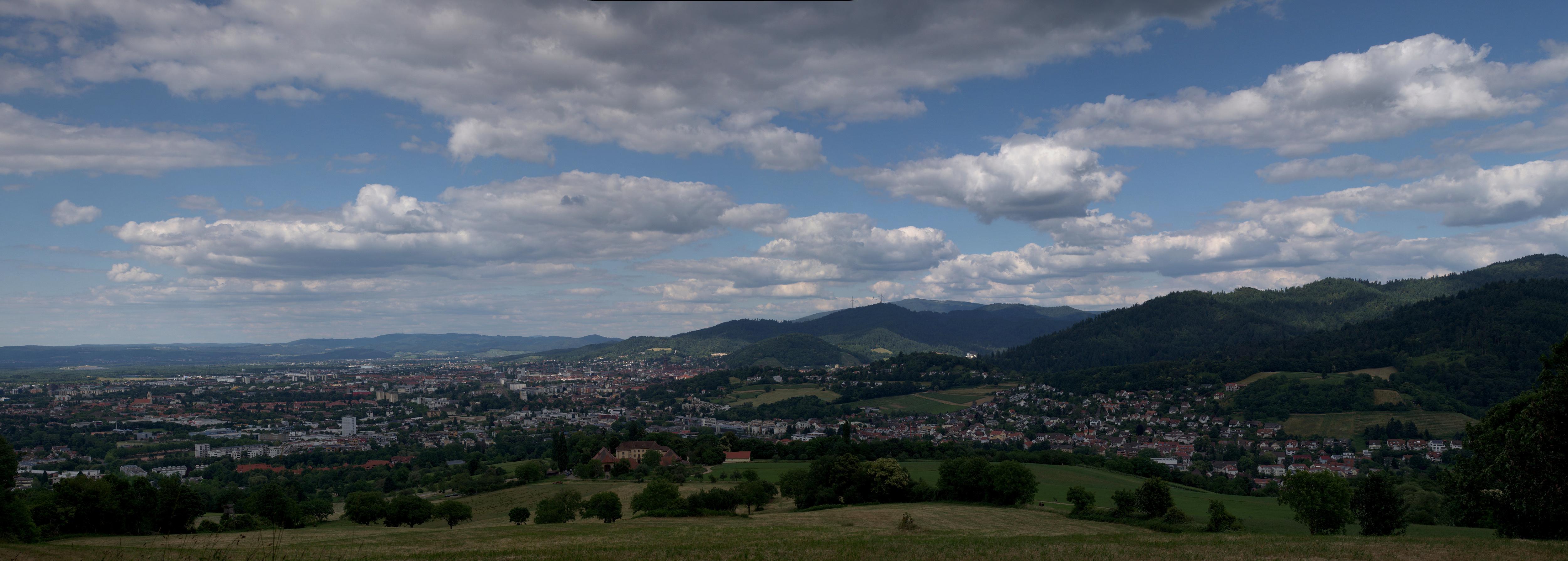 Panorama von Freiburg von Merzhausen aus fotografiert (Leica M mit Summilux 50 mm bei f/8.0) – vergrößerte Ansicht durch anklicken.