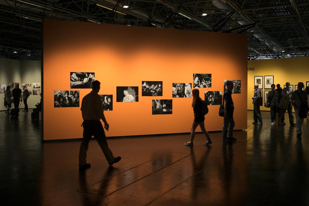 Konzentration auf Bilder am Leica Stand. Fotografiert mit Leica M und Summicron-M 35 mm @ 4.0.