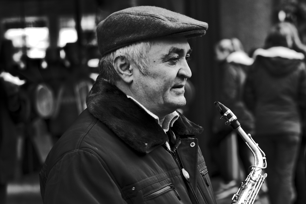 Stadtmusikant vor dem Freiburger Münster - Fotografiert mit Leica M und Summilux-M 50 mm @ 4.0.