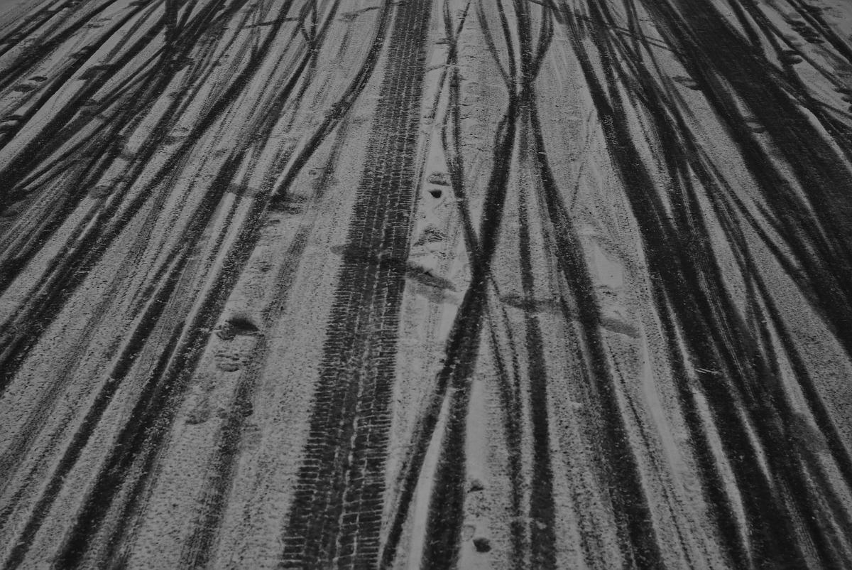 Spuren im Schnee/Eis. Fotografiert mit Leica M und Summicron-M 35 mm @ f/2.0.