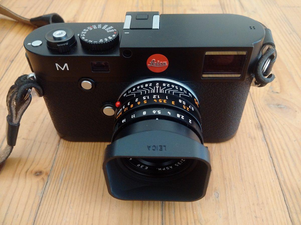 Leica M mit Summicron-M 35 mm und originaler Streulichtblende.