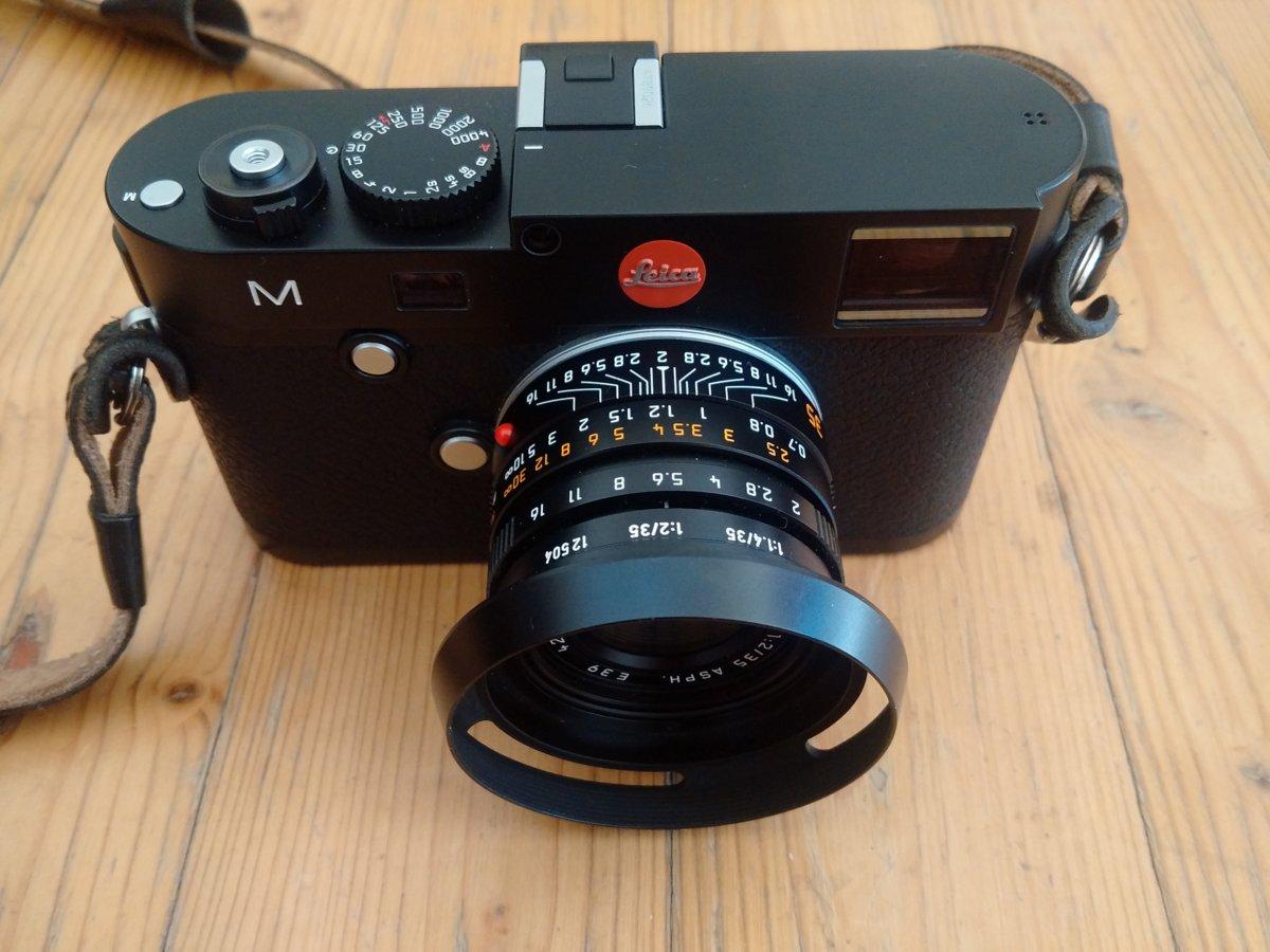 """Leica M mit Summicron-M 35 mm und """"alte"""" Streulichtblende."""